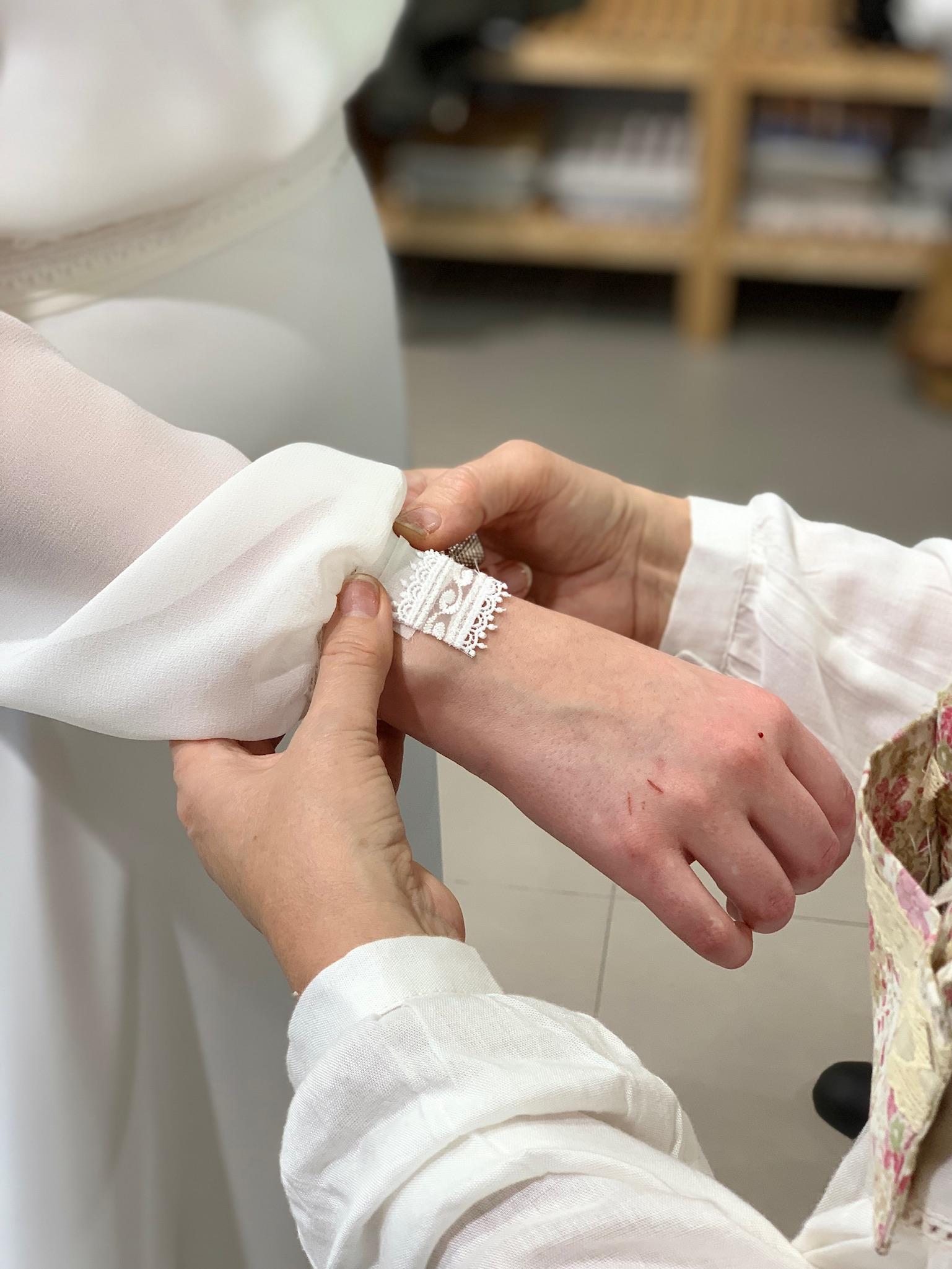 Detalle del proceso de fabricación de un vestido de novia en atelier